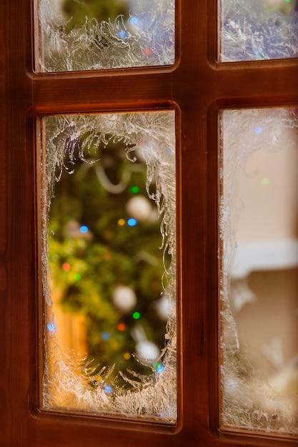 Niesamowicie Piękne Wzory Rysuje Szron Na Oknach Domów Premium Zdjęcia
