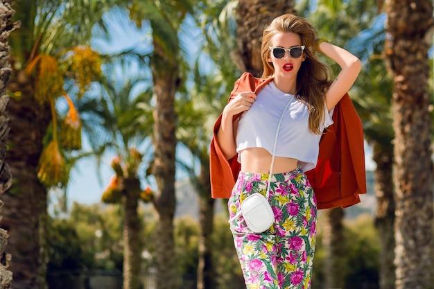 Niesamowita Blondynka W Modnym Letnim Stroju Pozowanie Na Zewnątrz Darmowe Zdjęcia
