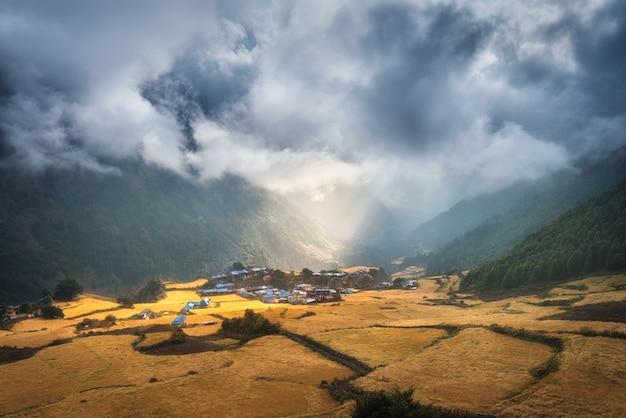 Niesamowita Mała Wioska Na Wzgórzu Oświetlona Promieniem Słońca O Wschodzie Słońca Premium Zdjęcia