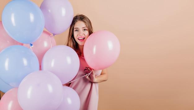 Niesamowita Pani świętująca Coś Z Balonami Darmowe Zdjęcia