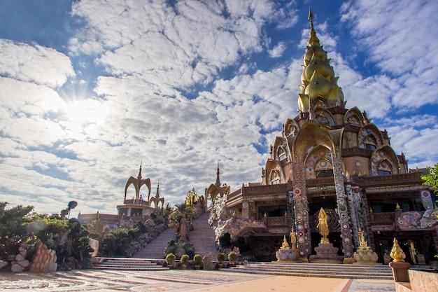 Niesamowita świątynia Wat Phra That Pha Son Kaew, Khao Kho, Phetchabun, Tajlandia, Szczyt Sztuki Kultury W Punkcie Orientacyjnym W Tajlandii Premium Zdjęcia