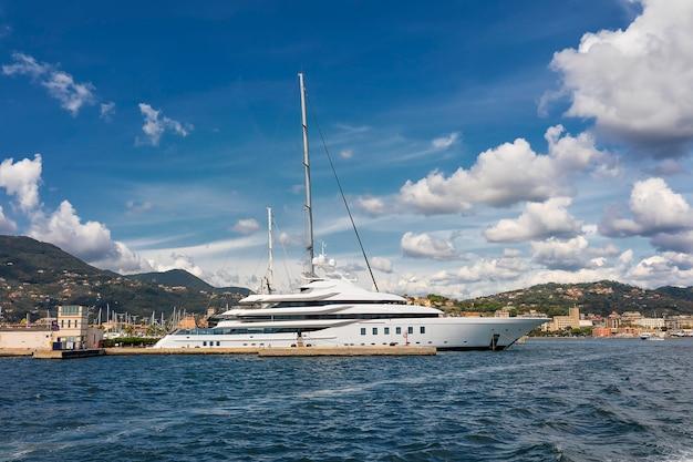 Niesamowite chmury nad jachtem w la spezia na morzu śródziemnym Premium Zdjęcia