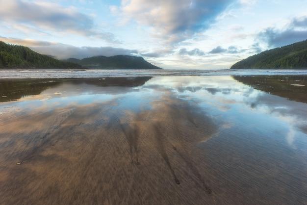 Niesamowite Odbicie Na Plaży San Josef Bay W Cape Scott Provincial Park Na Wyspie Vancouver, Kolumbia Brytyjska, Kanada. Premium Zdjęcia