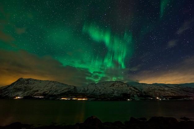 Niesamowite Zorza Polarna, Aurora Borealis Nad Górami Na Północy Europy - Lofoty, Norwegia Premium Zdjęcia