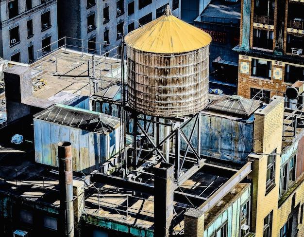 Niesamowity Widok Na Dach Budynku W Centrum Miasta Ze Zbiornikiem Na Wodę Darmowe Zdjęcia