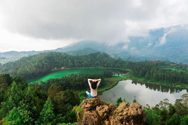 Niesamowity Widok Na Góry I Jeziora Premium Zdjęcia