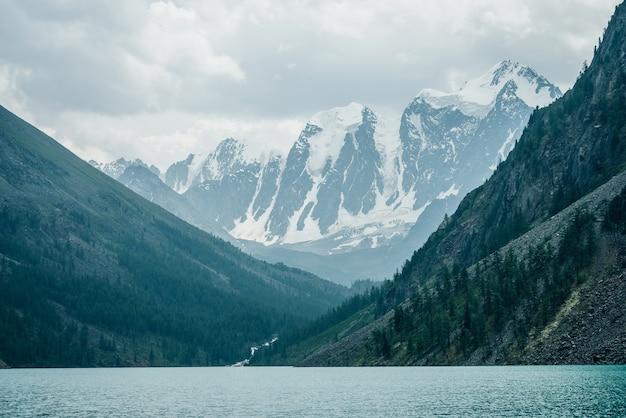 Niesamowity Widok Na Wielkie Zaśnieżone Góry I Górskie Jezioro Premium Zdjęcia