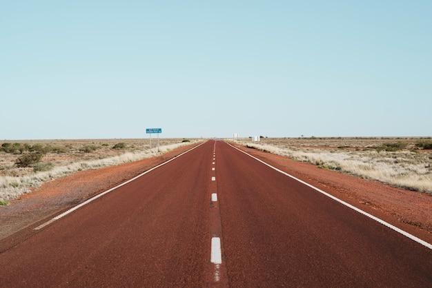 Nieskończona Droga W Odległej Lokalizacji Premium Zdjęcia