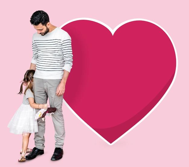 Nieśmiała Córka Chowa Się Za Swoim Ojcem Premium Zdjęcia