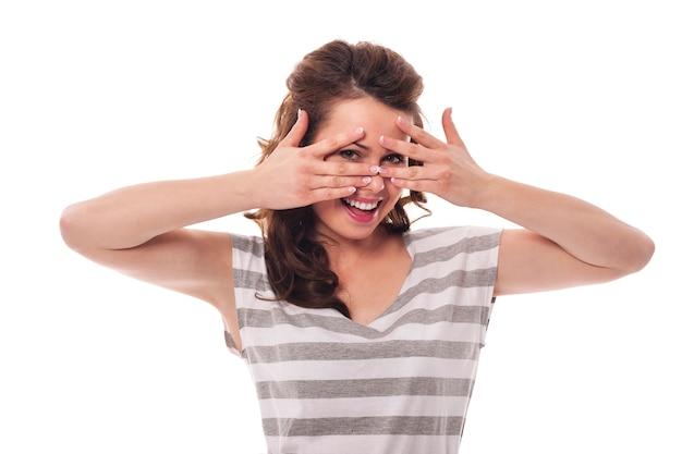 Nieśmiała Kobieta Chowająca Się Za Palcami Darmowe Zdjęcia