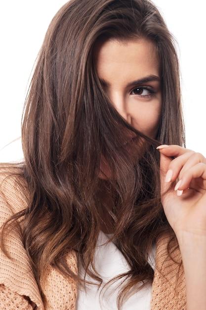 Nieśmiała Kobieta Chowająca Się Za Włosami Darmowe Zdjęcia