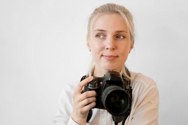 Nieśmiała śliczna Dziewczyna Trzyma Fachową Kamerę Darmowe Zdjęcia
