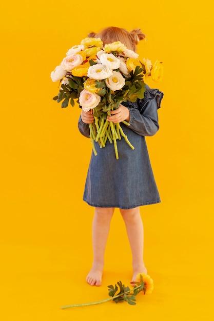 Nieśmiały Maluch Trzyma Bukiet Kwiatów Darmowe Zdjęcia