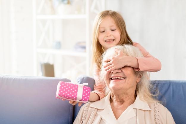 Niespodzianka Dla Babci Premium Zdjęcia