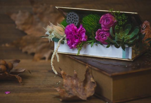 Niespodzianka pudełko kwiatów na stole Darmowe Zdjęcia