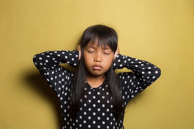 Nieszczęśliwa Azjatycka Dziewczynka Zamyka Uszy Premium Zdjęcia