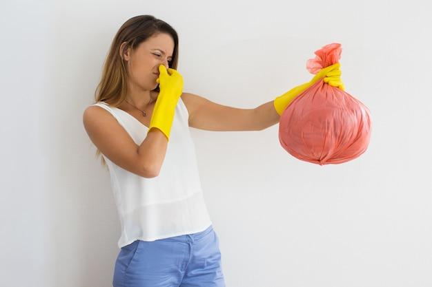 Nieszczęśliwa Kobieta Trzyma śmieci Z Obrzydliwym Zapachem Darmowe Zdjęcia