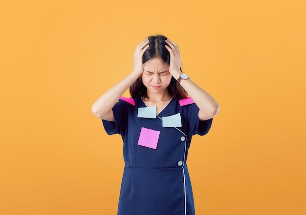 Nieszczęśliwa Młoda Azjatycka Kobiety Pozycja Z Trzymać Włosy I Czuć Mylić Z Czymś Premium Zdjęcia