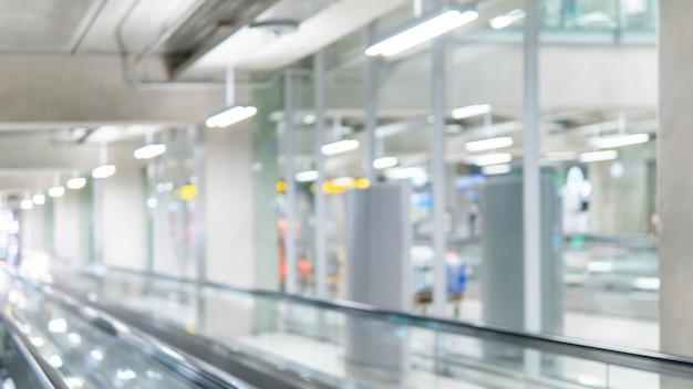 Niewyraźne chodnik w terminalu lotniska Premium Zdjęcia