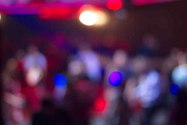 Niewyraźne Ludzi Tańczących W Nocnym Klubie Premium Zdjęcia