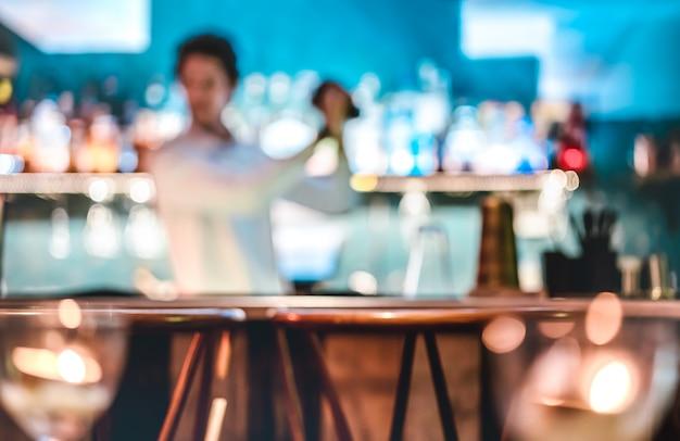 Niewyraźne Rozmycie Moda Barman Drżenie Koktajl W Speakeasy Retro Bar W Happy Hour Premium Zdjęcia