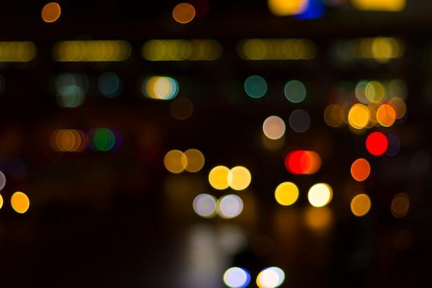 Niewyraźne światła samochodowe i ruch w mieście Premium Zdjęcia