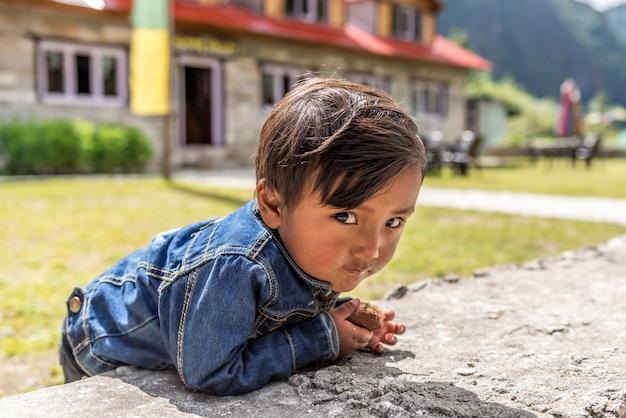 Niezidentyfikowane Sherpa Chłopców W Lukla, Everest Region, Nepal. Premium Zdjęcia