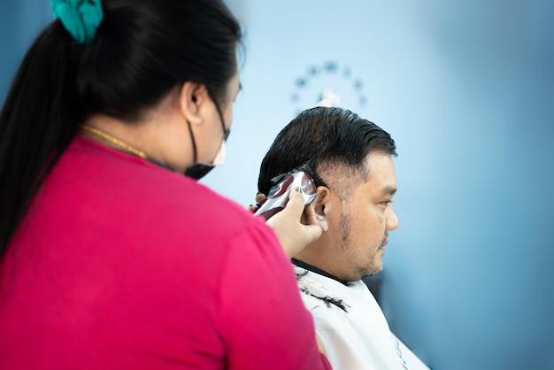 Niezidentyfikowany Azjatycki Fryzjer Lub Fryzurę Strzyżenie Klienta Pulchnego Ciała W Modzie Fryzurę W Salonie Fryzjerskim Premium Zdjęcia