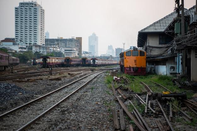 Niezidentyfikowany Pociąg Kolejowy Na Torach Kolejowych Na Stacji W Bangkoku. Wiele Osób W Tajlandii Podróżuje Pociągiem, Ponieważ Jest Tańszy. Premium Zdjęcia