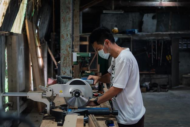 Niezidentyfikowany Stolarz Buduje Meble Lub Produkty Z Listew I Drewna Z Naturalnego Drewna Liściastego W Magazynie Lub Tartaku W Fabryce Drewna W Celu Budowy Lub Sprzedaży Premium Zdjęcia