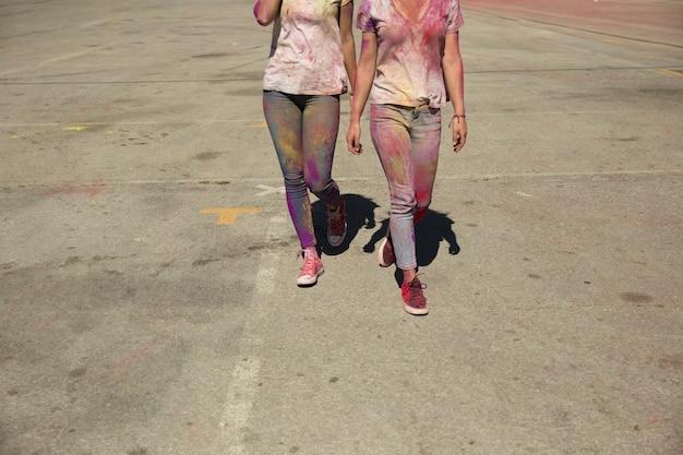 Niska Sekcja Dwa Młodych Kobiet Bałagan Z Holi Koloru Proszka Odprowadzeniem Na Drodze Darmowe Zdjęcia
