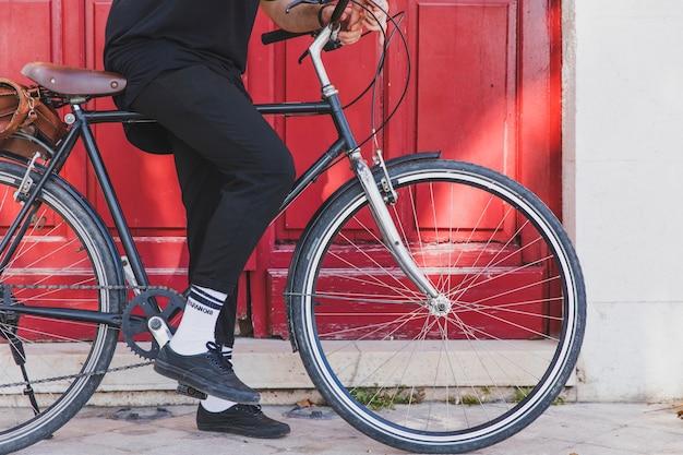 Niska sekcja mężczyzna siedzi na rowerze Darmowe Zdjęcia