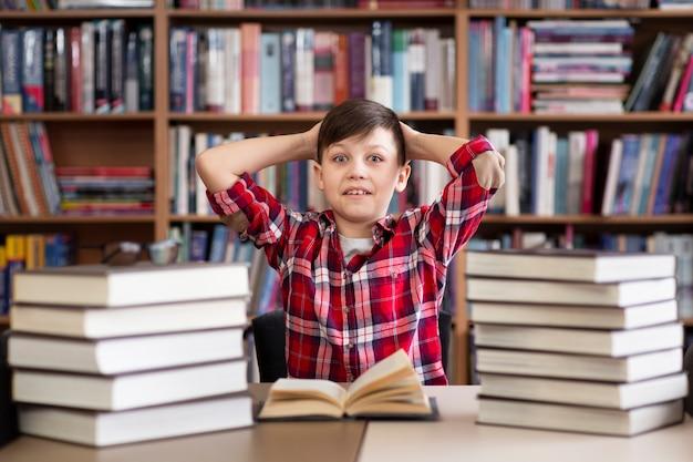 Niski Kąt Chłopiec W Bibliotece Darmowe Zdjęcia