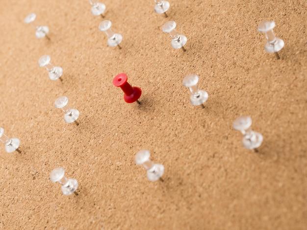 Niski Kąt Czerwona Szpilka Otoczona Białymi Szpilkami Na Desce Darmowe Zdjęcia