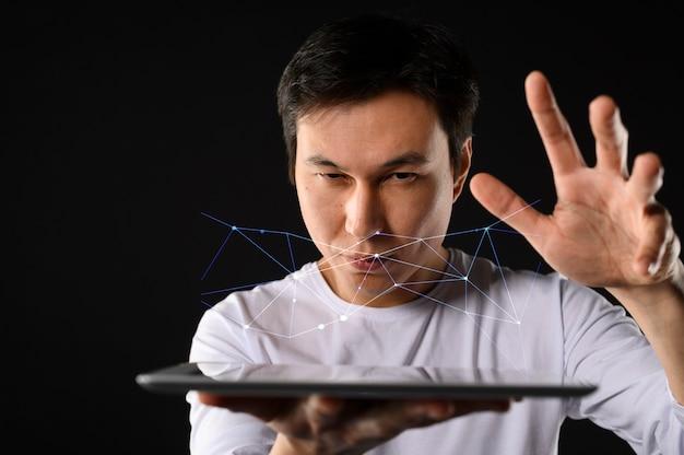 Niski Kąt Człowiek Z Tabletem Darmowe Zdjęcia