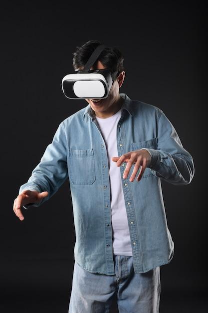 Niski Kąt Człowiek Z Wirtualnej Rzeczywistości Słuchawki Darmowe Zdjęcia