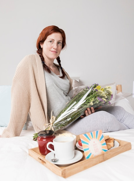 Niski Kąt Kobieta W Domu Zaskoczony W Dzień Matki Darmowe Zdjęcia