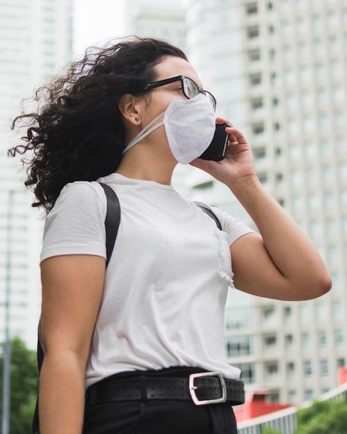 Niski Kąt Kobieta Z Maską Medyczną Rozmawia Przez Telefon Darmowe Zdjęcia