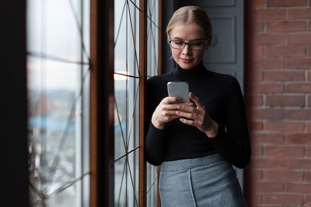 Niski Kąt Kobieta Za Pomocą Mobile Darmowe Zdjęcia