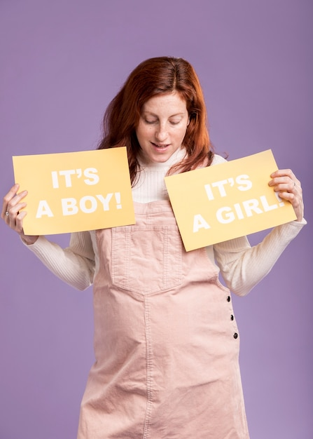Niski Kąt Kobiety W Ciąży, Trzymając Papier Płci Dziecka Darmowe Zdjęcia