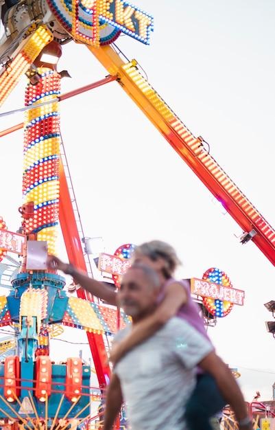 Niski kąt ludzi zabawy w parku rozrywki Darmowe Zdjęcia
