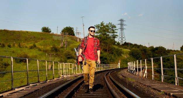 Niski Kąt Mężczyzna Chodzenie Na Szynie Pociągu Darmowe Zdjęcia