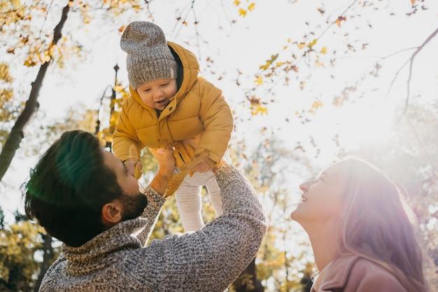Niski Kąt Ojca I Matki Z Dzieckiem Na Zewnątrz Darmowe Zdjęcia