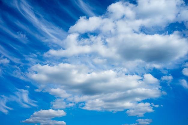 Niski Kąt Strzału Błękitnego Nieba Zachmurzonego W Ciągu Dnia Darmowe Zdjęcia