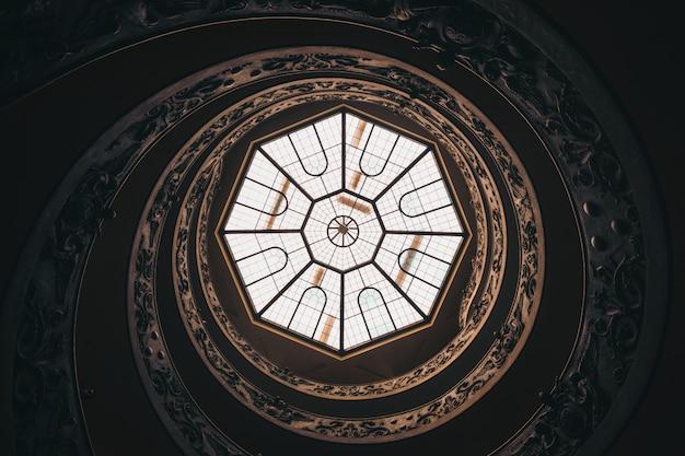 Niski Kąt Strzału Okrągły Sufit Z Oknem W Muzeum W Watykanie W Ciągu Dnia Darmowe Zdjęcia