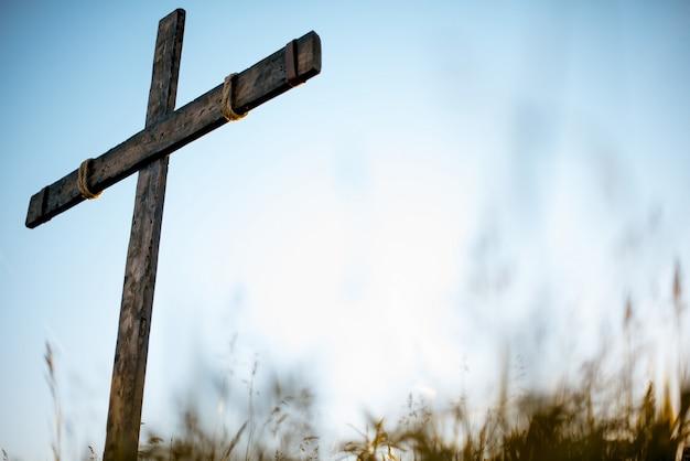 Niski Kąt Strzału Ręcznie Drewniany Krzyż W Trawiastym Polu Z Niebieskim Darmowe Zdjęcia