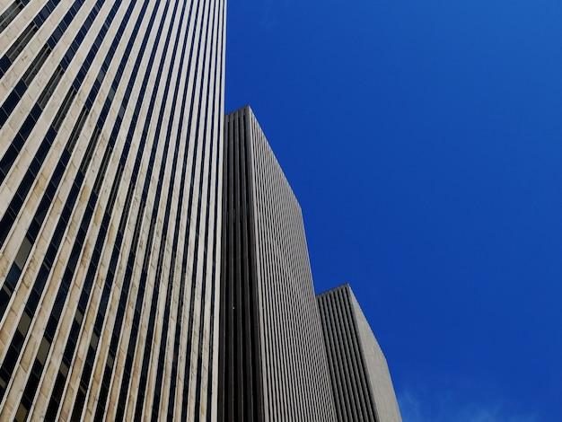 Niski Kąt Strzału Trzech Identycznych Wieżowców Pod Jasnym Błękitnym Niebem Darmowe Zdjęcia