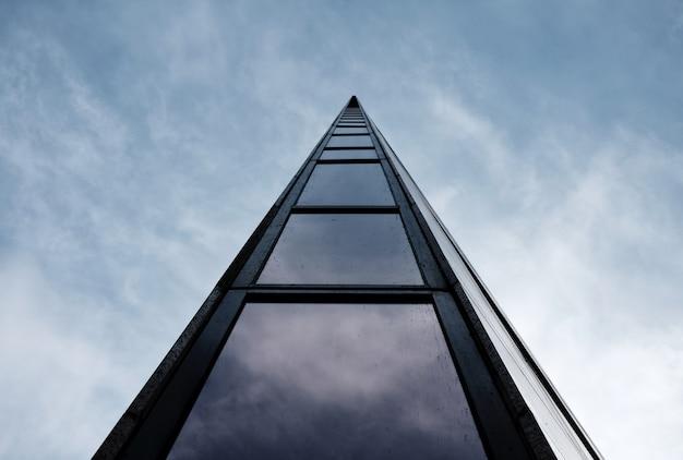 Niski Kąt Strzału Wysoki Nowoczesny Budynek Architektoniczny Z Pochmurnego Nieba Darmowe Zdjęcia