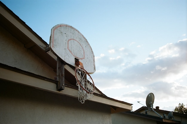 Niski Kąt Strzału Zepsutego Kosza Do Koszykówki Na Szczycie Domu Darmowe Zdjęcia