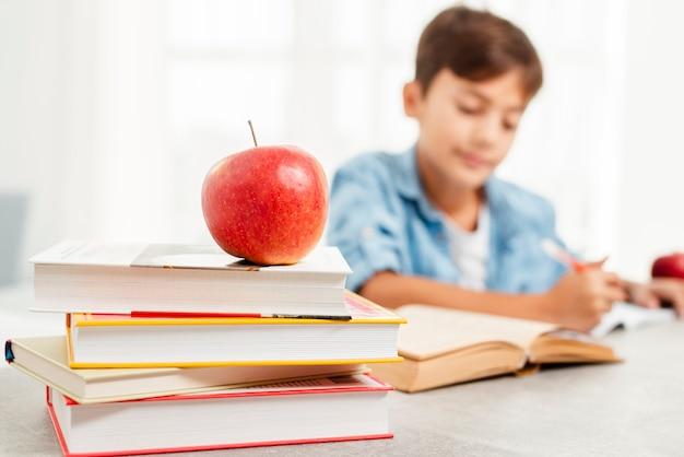 Niski kąt studiuje twardą nagrodę za jabłko Darmowe Zdjęcia